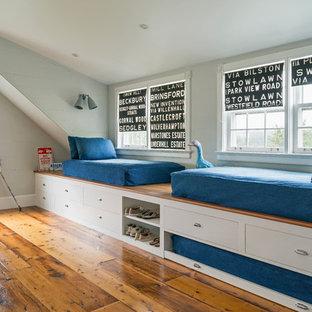 Ispirazione per una cameretta per bambini costiera di medie dimensioni con pareti grigie e pavimento in legno massello medio