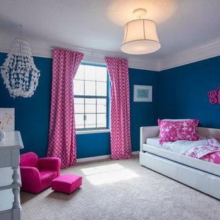 Idée de décoration pour une chambre d'enfant de 4 à 10 ans méditerranéenne de taille moyenne avec un mur bleu et moquette.