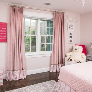 Inspiration pour une chambre d'enfant de 4 à 10 ans style shabby chic de taille moyenne avec un mur rose, un sol en bois foncé et un sol marron.