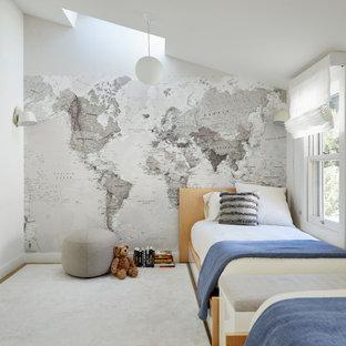 Ispirazione per una cameretta per bambini da 4 a 10 anni minimalista con pareti grigie, soffitto a volta e carta da parati
