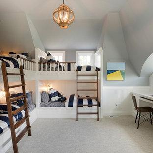 Aménagement d'une chambre d'enfant de 4 à 10 ans bord de mer de taille moyenne avec un mur gris, moquette et un sol gris.