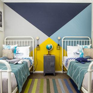 Bild på ett mellanstort maritimt pojkrum kombinerat med sovrum och för 4-10-åringar, med flerfärgade väggar och heltäckningsmatta