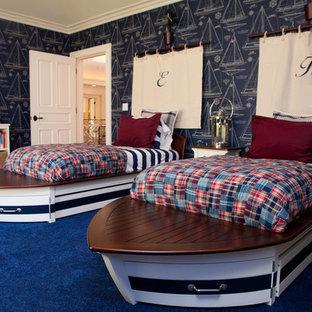 Cette image montre une grand chambre d'enfant bohème avec un sol en bois foncé et un mur multicolore.