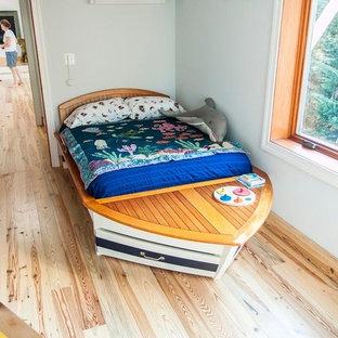 Idées déco pour une chambre d'enfant de 4 à 10 ans craftsman de taille moyenne avec un mur bleu et un sol en bois clair.