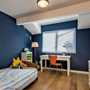 Foto på ett mellanstort retro pojkrum kombinerat med sovrum och för 4-10-åringar, med blå väggar, mellanmörkt trägolv och brunt golv