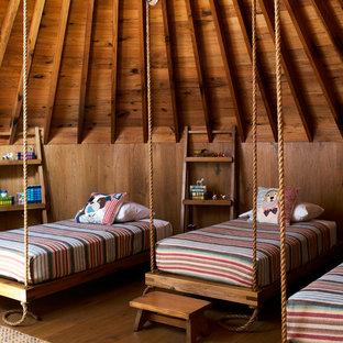 Immagine di una cameretta per bambini rustica con pareti marroni, pavimento in legno massello medio e pavimento marrone