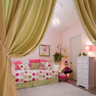 Shabby chic-inspirerad inredning av ett litet flickrum kombinerat med sovrum och för 4-10-åringar, med rosa väggar och heltäckningsmatta