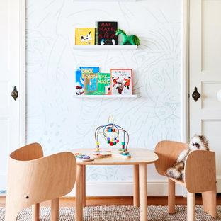 Aménagement d'une salle de jeux d'enfant classique avec un mur blanc, un sol en bois brun, un sol marron et du papier peint.