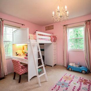 Inredning av ett klassiskt mellanstort flickrum kombinerat med sovrum och för 4-10-åringar, med rosa väggar och heltäckningsmatta