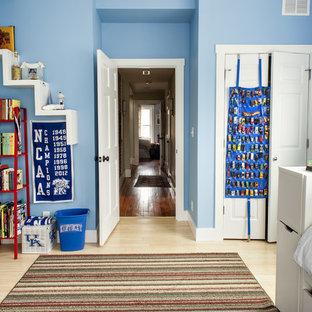 Bild på ett vintage barnrum kombinerat med sovrum, med bambugolv