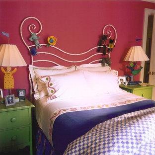 Immagine di una cameretta per bambini da 4 a 10 anni eclettica di medie dimensioni con pareti multicolore e parquet scuro