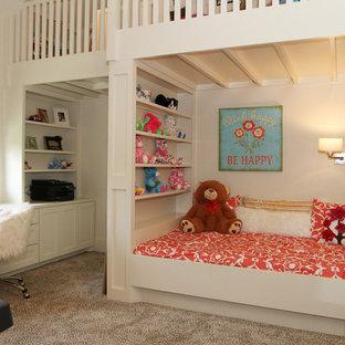 Ispirazione per una cameretta per bambini da 4 a 10 anni minimal di medie dimensioni con pareti bianche e moquette