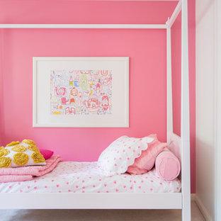 Inredning av ett klassiskt barnrum kombinerat med sovrum, med rosa väggar