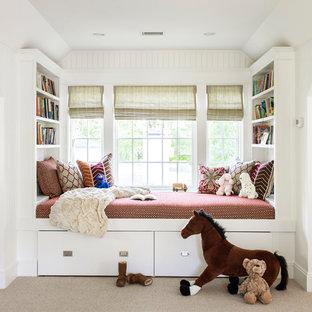 Idéer för lantliga könsneutrala barnrum kombinerat med sovrum och för 4-10-åringar, med vita väggar, heltäckningsmatta och beiget golv