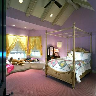 Inspiration för klassiska flickrum kombinerat med sovrum och för 4-10-åringar, med lila väggar, heltäckningsmatta och lila golv