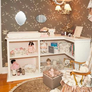 Idéer för mellanstora shabby chic-inspirerade flickrum kombinerat med sovrum och för 4-10-åringar, med bruna väggar och ljust trägolv