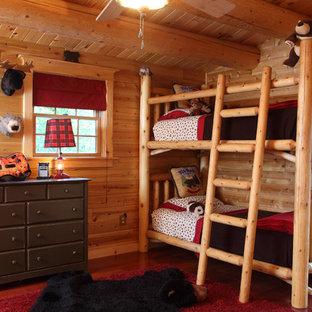Mittelgroßes, Neutrales Uriges Kinderzimmer mit Schlafplatz, braunem Holzboden und brauner Wandfarbe in Manchester