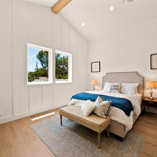 Idéer för stora lantliga könsneutrala tonårsrum kombinerat med sovrum, med vita väggar och ljust trägolv