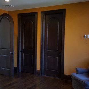 Idéer för ett mellanstort medelhavsstil könsneutralt barnrum kombinerat med sovrum, med orange väggar, mörkt trägolv och brunt golv
