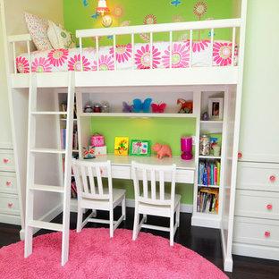 Idée de décoration pour une chambre de fille de 4 à 10 ans tradition de taille moyenne avec un bureau, un mur vert, un sol en bois foncé et un sol marron.