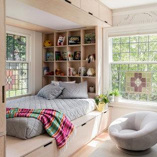 Immagine di una cameretta per bambini da 4 a 10 anni scandinava con pareti bianche e parquet chiaro