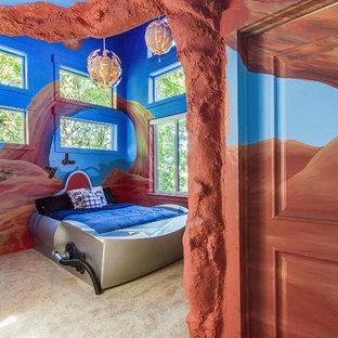Esempio di una cameretta per bambini da 4 a 10 anni american style di medie dimensioni con pareti multicolore e moquette