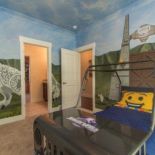 Ispirazione per una cameretta per bambini da 4 a 10 anni american style di medie dimensioni con pareti multicolore e moquette