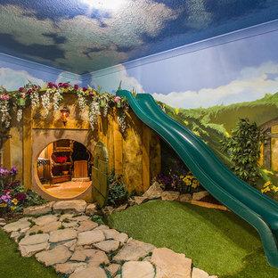 Inredning av ett klassiskt litet könsneutralt barnrum kombinerat med lekrum och för 4-10-åringar, med flerfärgade väggar och heltäckningsmatta