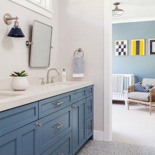 Ispirazione per una cameretta da bambino da 1 a 3 anni stile marino di medie dimensioni con pareti grigie, pavimento in marmo e pavimento grigio