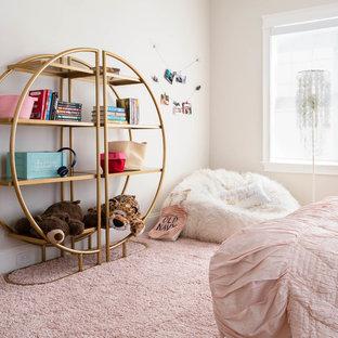 Стильный дизайн: детская в современном стиле с спальным местом, бежевыми стенами, ковровым покрытием и розовым полом для подростка, девочки - последний тренд