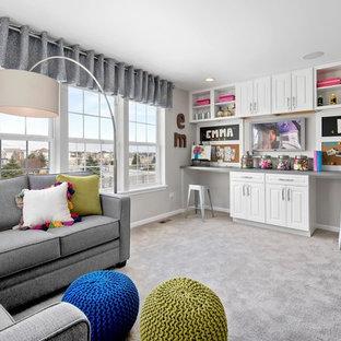 Modelo de dormitorio infantil contemporáneo, de tamaño medio, con paredes blancas, moqueta y escritorio