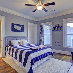 Esempio di una cameretta per bambini da 1 a 3 anni american style di medie dimensioni con pareti blu e pavimento in legno massello medio