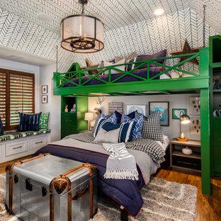 Diseño de dormitorio infantil de 4 a 10 años, clásico, de tamaño medio, con paredes multicolor y suelo de madera en tonos medios