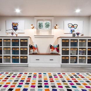 Idée de décoration pour une grand chambre d'enfant de 4 à 10 ans tradition avec un mur blanc, béton au sol et un sol gris.
