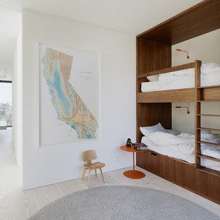 Ispirazione per una cameretta per bambini da 4 a 10 anni minimalista con pareti bianche, parquet chiaro e pavimento grigio