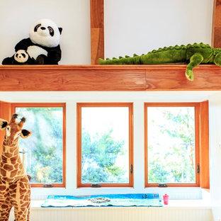 Ispirazione per una cameretta per bambini da 4 a 10 anni stile americano di medie dimensioni con pareti bianche e parquet chiaro