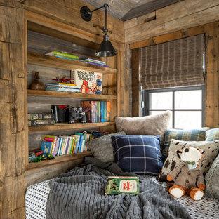 Idéer för ett litet rustikt könsneutralt barnrum kombinerat med sovrum och för 4-10-åringar, med bruna väggar