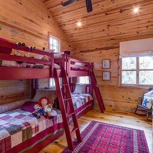 Esempio di una cameretta per bambini stile rurale con pareti marroni, pavimento in legno massello medio e pavimento marrone