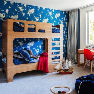 Modernes Kinderzimmer mit Schlafplatz, blauer Wandfarbe und Teppichboden in Sydney