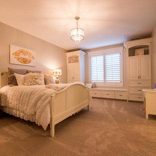 Foto de dormitorio infantil tradicional, grande, con paredes beige, moqueta y suelo marrón