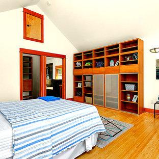 Idéer för mellanstora vintage barnrum, med beige väggar och bambugolv
