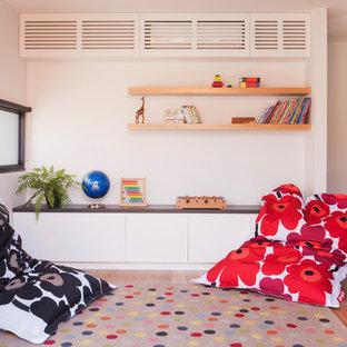 Neutrales Modernes Kinderzimmer mit Spielecke, weißer Wandfarbe und hellem Holzboden in Melbourne