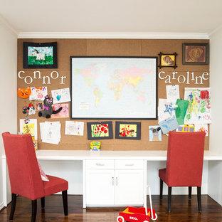 Esempio di una grande cameretta per bambini da 4 a 10 anni country con pareti bianche, pavimento marrone e parquet scuro