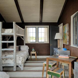 Idéer för ett rustikt könsneutralt barnrum kombinerat med sovrum och för 4-10-åringar, med bruna väggar och målat trägolv