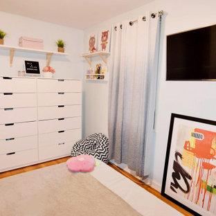 Idéer för ett mellanstort 60 tals flickrum kombinerat med sovrum och för 4-10-åringar, med blå väggar, ljust trägolv och brunt golv