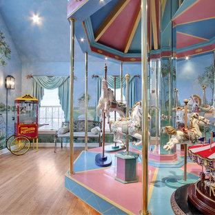 Diseño de dormitorio infantil ecléctico con suelo de madera clara