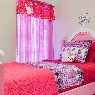 Foto di una piccola cameretta per bambini chic con pareti beige