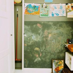Idee per una piccola cameretta per bambini da 1 a 3 anni bohémian con pareti beige, parquet scuro e pavimento marrone