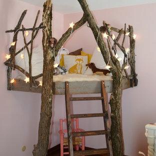 Inredning av ett shabby chic-inspirerat litet barnrum kombinerat med sovrum, med rosa väggar