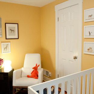 Diseño de dormitorio infantil de 1 a 3 años, tradicional renovado, de tamaño medio, con parades naranjas, suelo de madera en tonos medios y suelo marrón